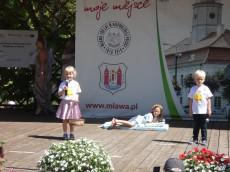 Dzieci z Bajkowego Dworku w Parku Miejskim z okazji Dnia Dziecka