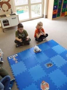 grupa Sówki i Wiewiórki - kodowanie na dywanie - zabawy z Photonem